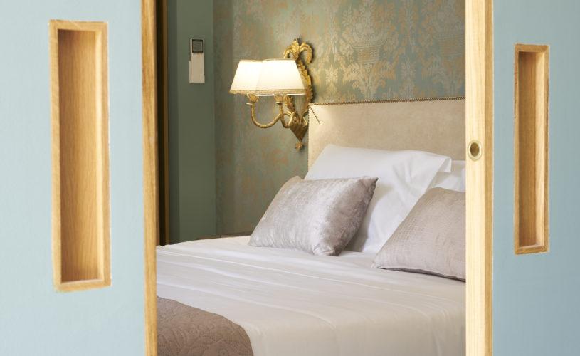 """photo du coin """"chambre"""" de la suite Montesquieu des chambres d'hôtes du château Pont Saint-Martin, Pessac Léognan, Bordeaux, dégustation de vin, tout confort"""