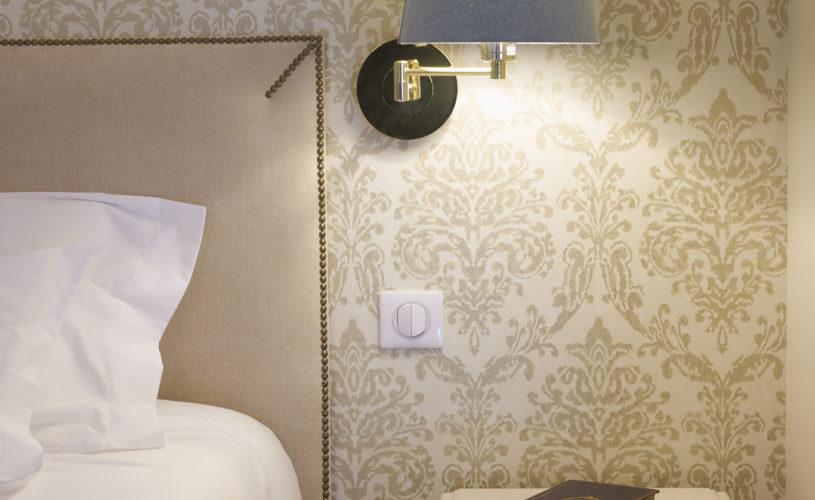photo détail de la table et lampe de chevet de la suite Montaigne jaune et bleue des chambres d'hôtes du château Pont Saint-Martin, Pessac Léognan, Bordeaux, dégustation de vin, tout confort