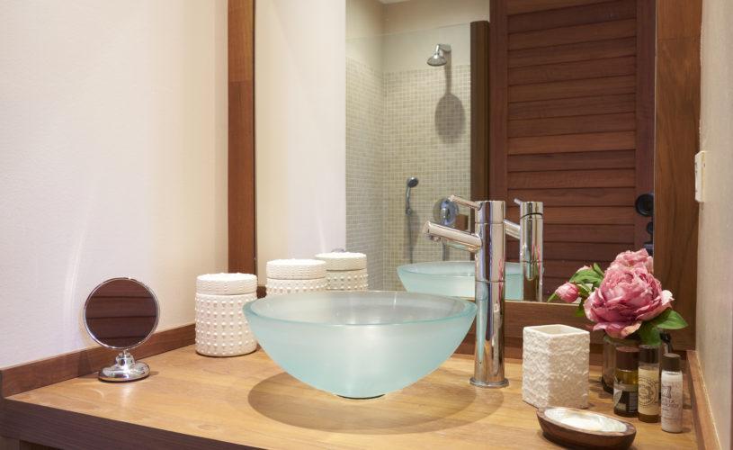 photo détail salle de bain, vasque en verre, de la chambre d'hôte rouge située dans le château Pont Saint-Martin, Pessac Léognan, Bordeaux, dégustation de vin